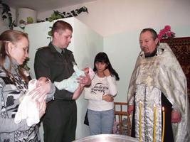 Крещенные поневоле. В Артемовском СИЗО двухмесячные близнецы обрели крестных родителей