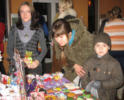 Каждому хвосту - по подарку. В Донецке продавали сувениры, чтобы прокормить собак