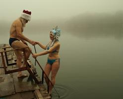 Кому холод - кому жара. Донецкие дед мороз и снегурочка ныряют в ледяную воду